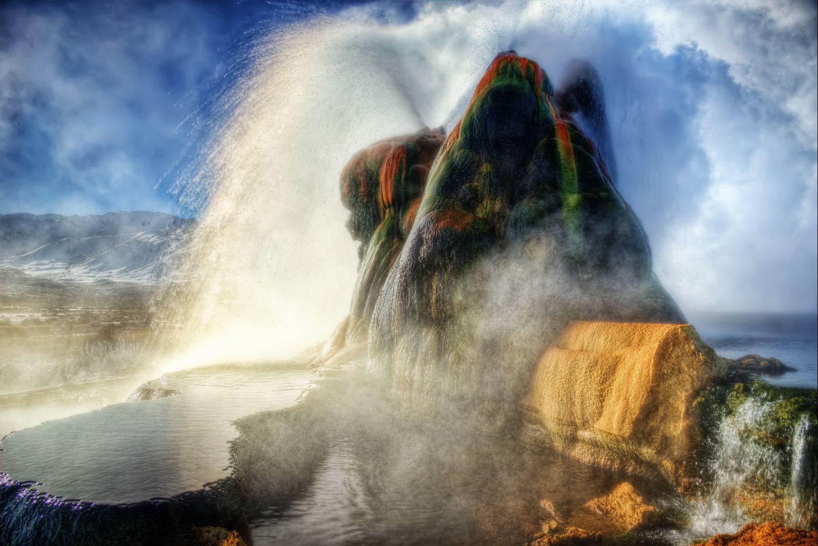 Gejzír tvoří tři vrcholy, které obklopují kaskádovitě seřazená jezírka s horskou vodou, bohatou na uhličitan vápenatý