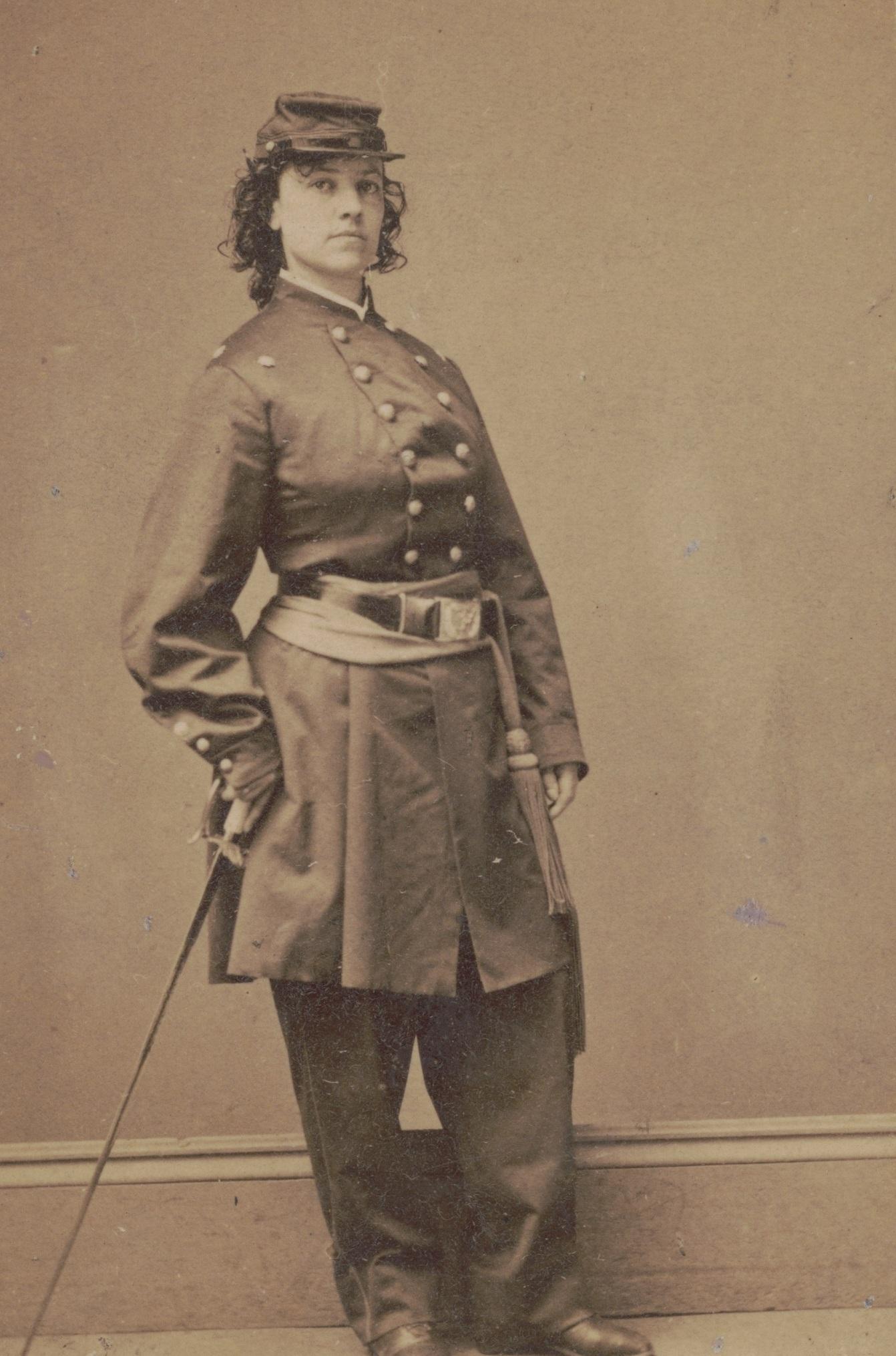 Cushmanová si za svou práci vyslouží čestnou hodnost majora.