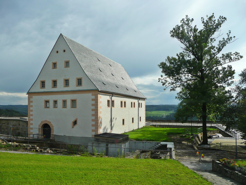 Pevnost Königstein ukrývá více než 50 rozličných staveb včetně hradní kaple, studničního domu a staré zbrojnice.