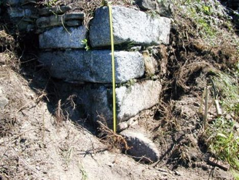Pod hlínou se skrývají opracované bloky. Znamená to, že kopec je skutečně umělého původu?