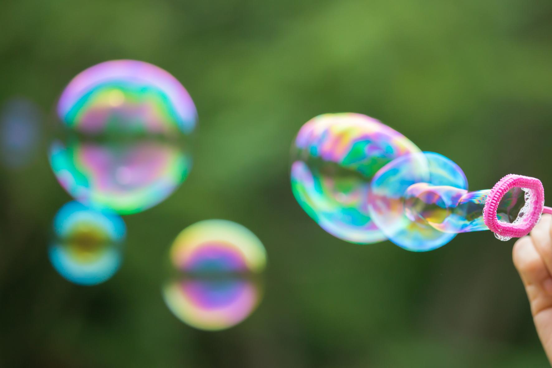Mýdlové bubliny jsou zábava, která nezevšední, a tak pro dětské hosty připravte raději několik bublifuků, aby se o ně nepřetahovali.