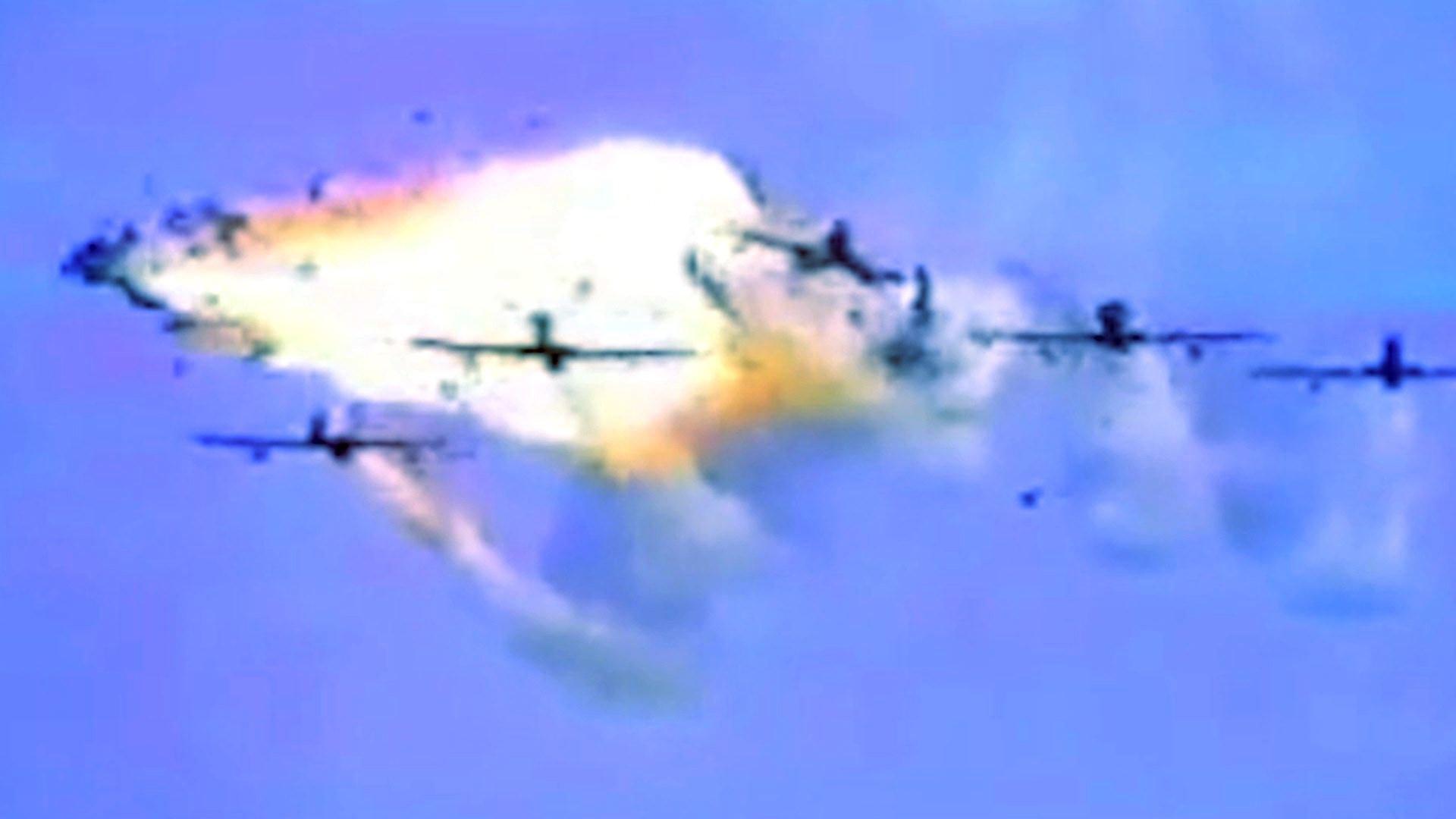 Z letounu Pony 10 se po srážce stává žhavá koule, valící se směrem k obecenstvu.