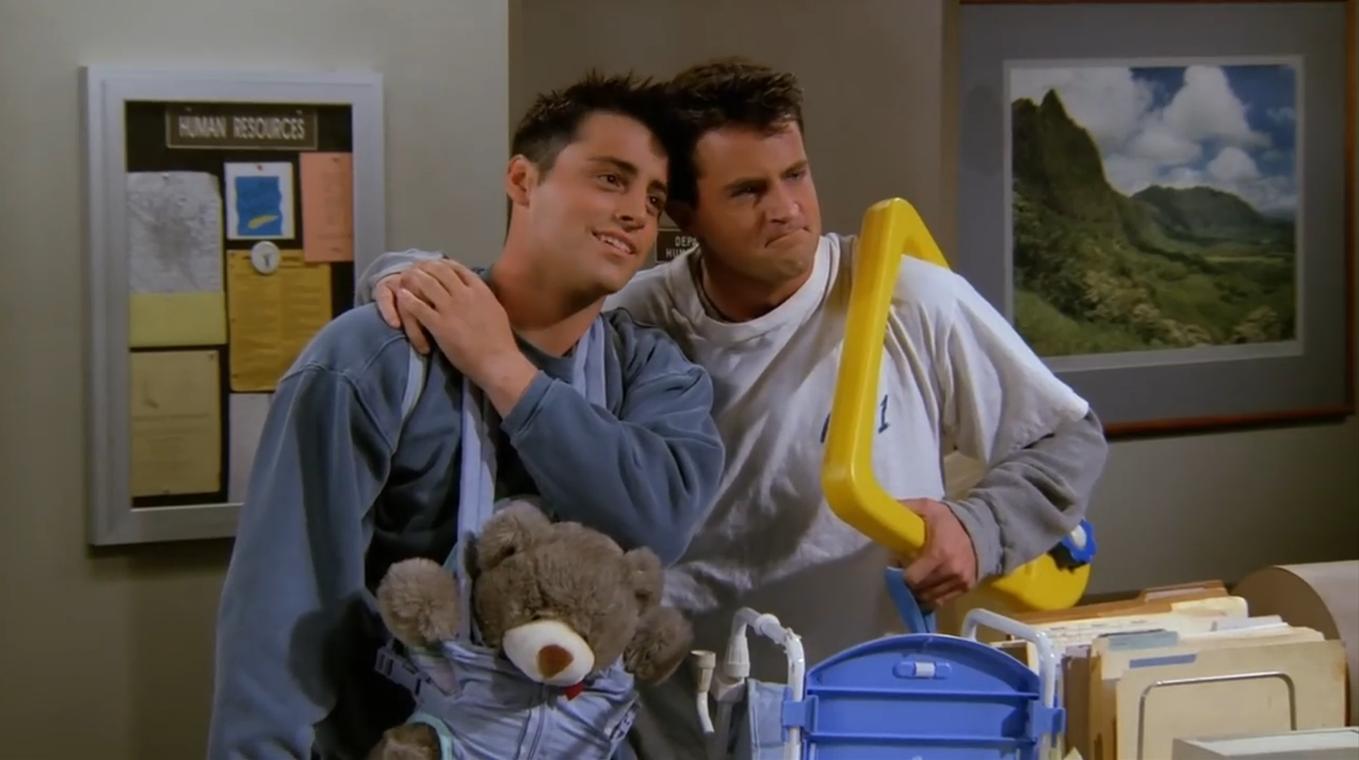Jednou z nejznámějších bromance jsou Chandler a Joey ze seriálu Přátelé, kteří společně dokonce pečují o kuře a kachnu.