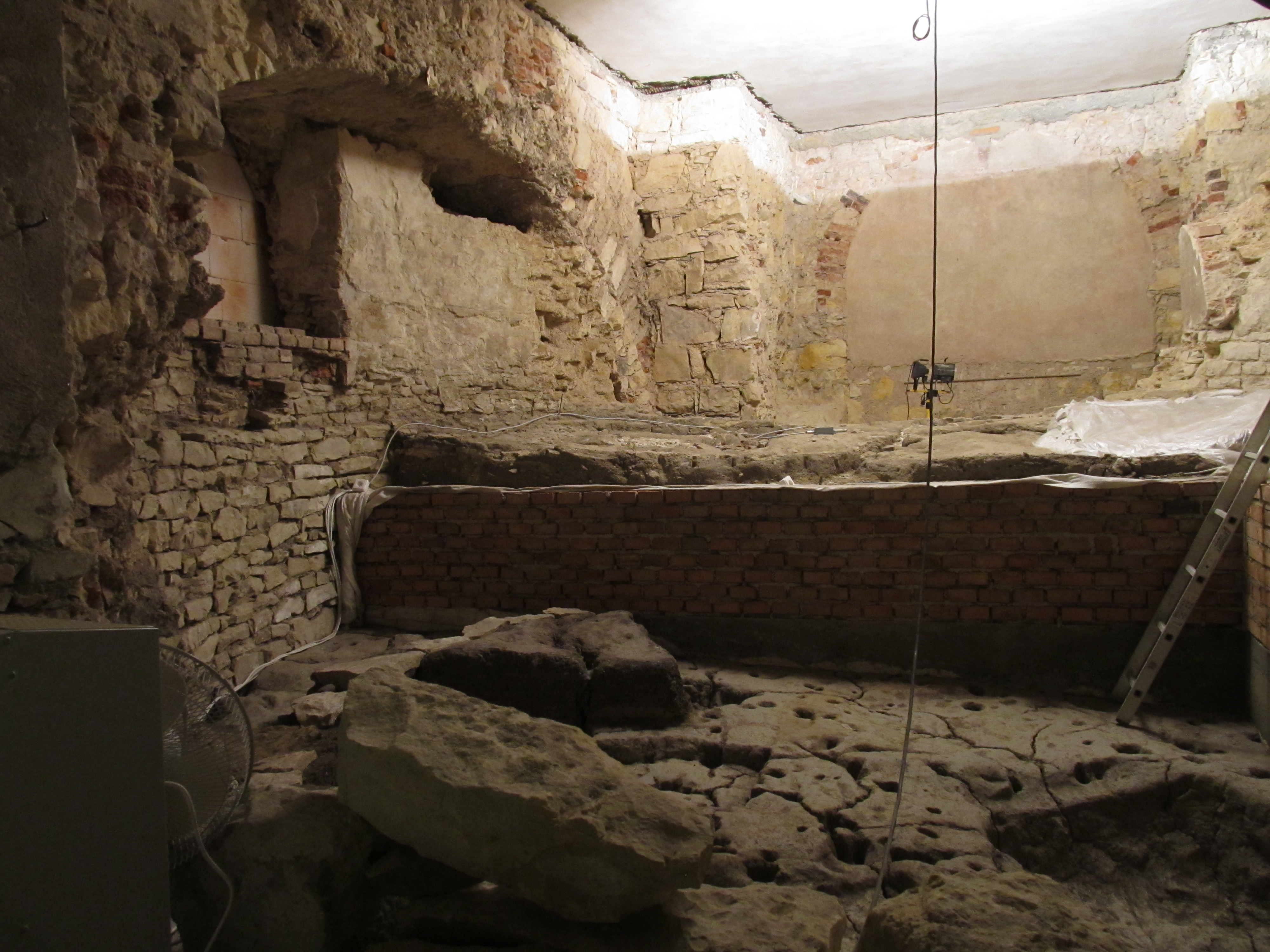 Kromě dlažby byla objeveny i zbytky dřevěné cesty z počátku 9. století.