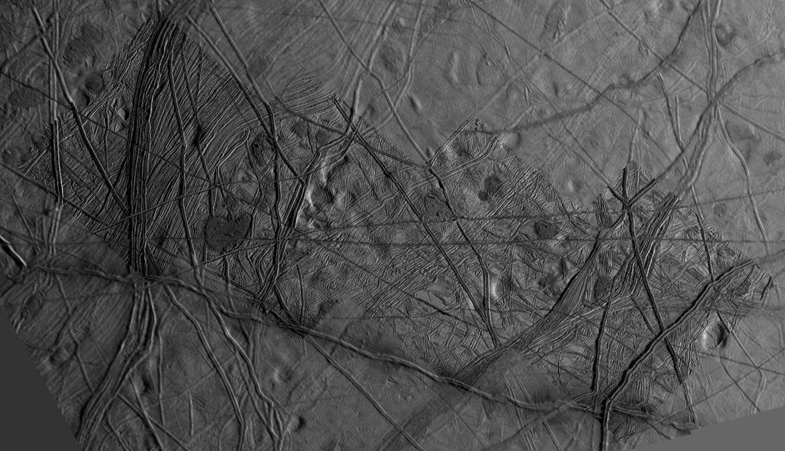 Praskliny na povrchu Europy mohou dokazovat přítomnost vody.
