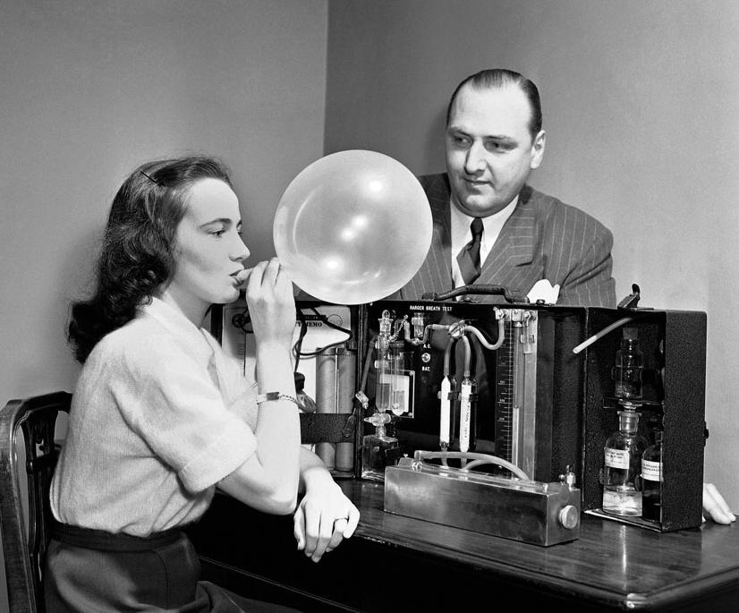 """Uvnitř """"Drunkometeru"""" se skrývá manganistan draselný, který reaguje na alkohol."""