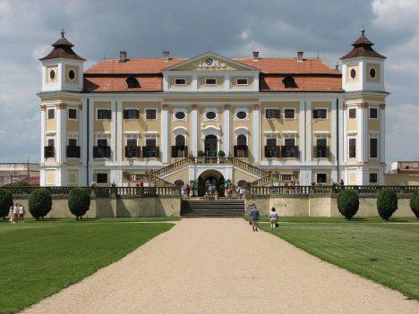Na překrásném zámku v Miloticích prý straší.