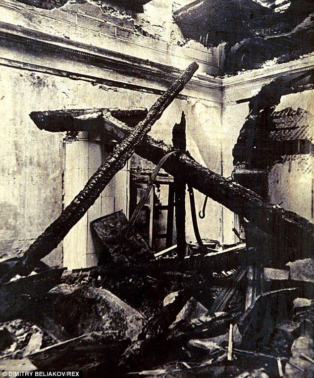 Zámek v Kaliningradu, kde byla jantarová komnata vystavována, vyhořel v roce 1944. Není jasné, jestli se odsud podařilo cennou památku zachránit.