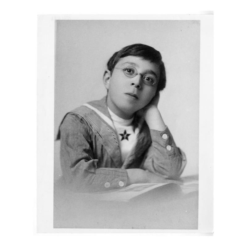 I přes oční vadu, která ho trápí je zázračným dítětem. Už v 7 letech se prokousává vědeckou literaturou.