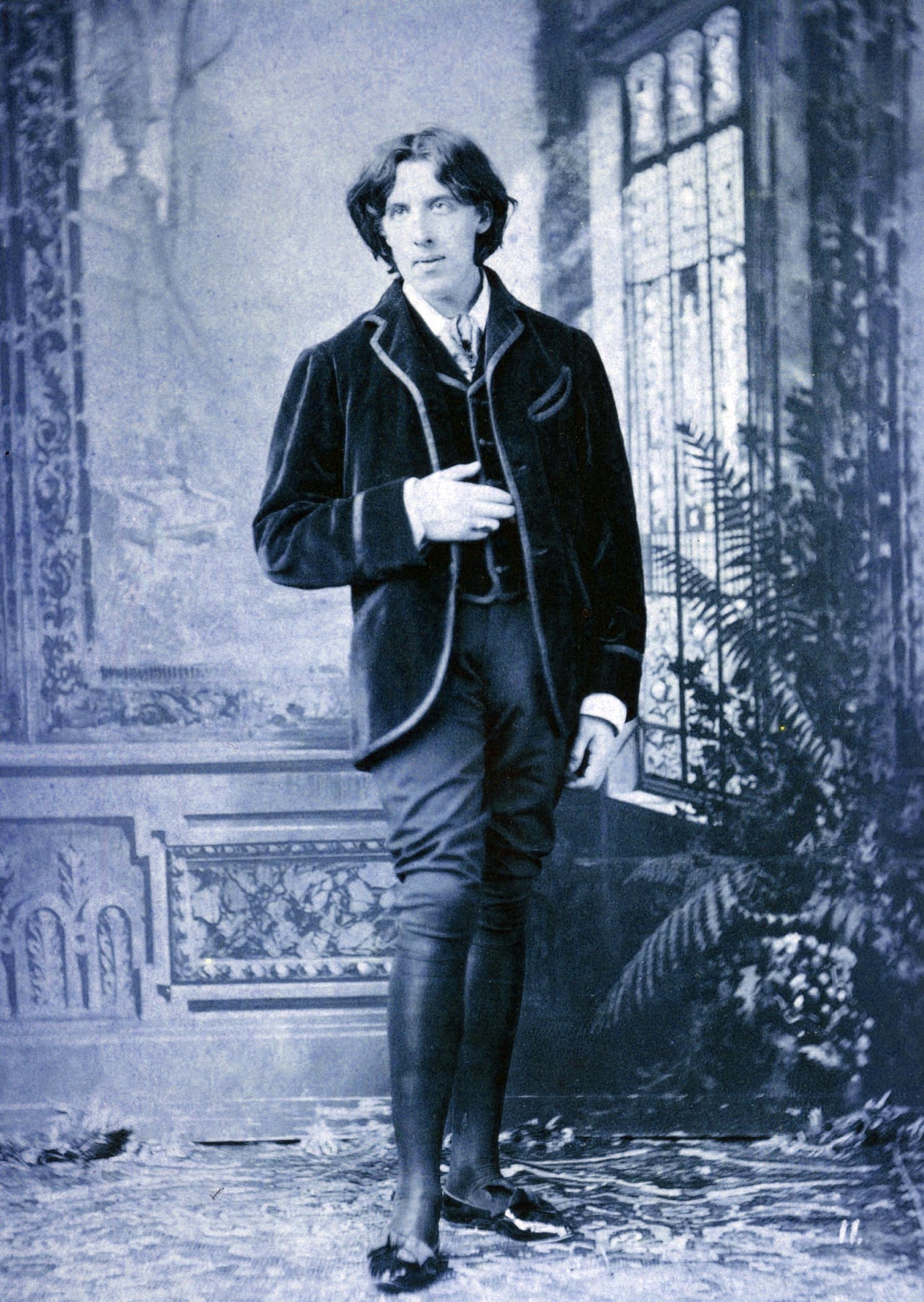 Bez takové zelené kravaty nedá ránu ani buřič Oscar Wilde.