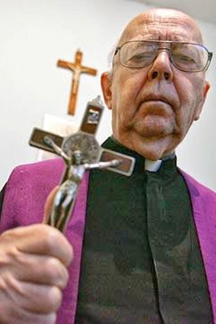 Italský exorcista Gabriele Amorth byl údajně svědkem levitace posedlého sedláka. Mohl si kněz případ vymyslet?