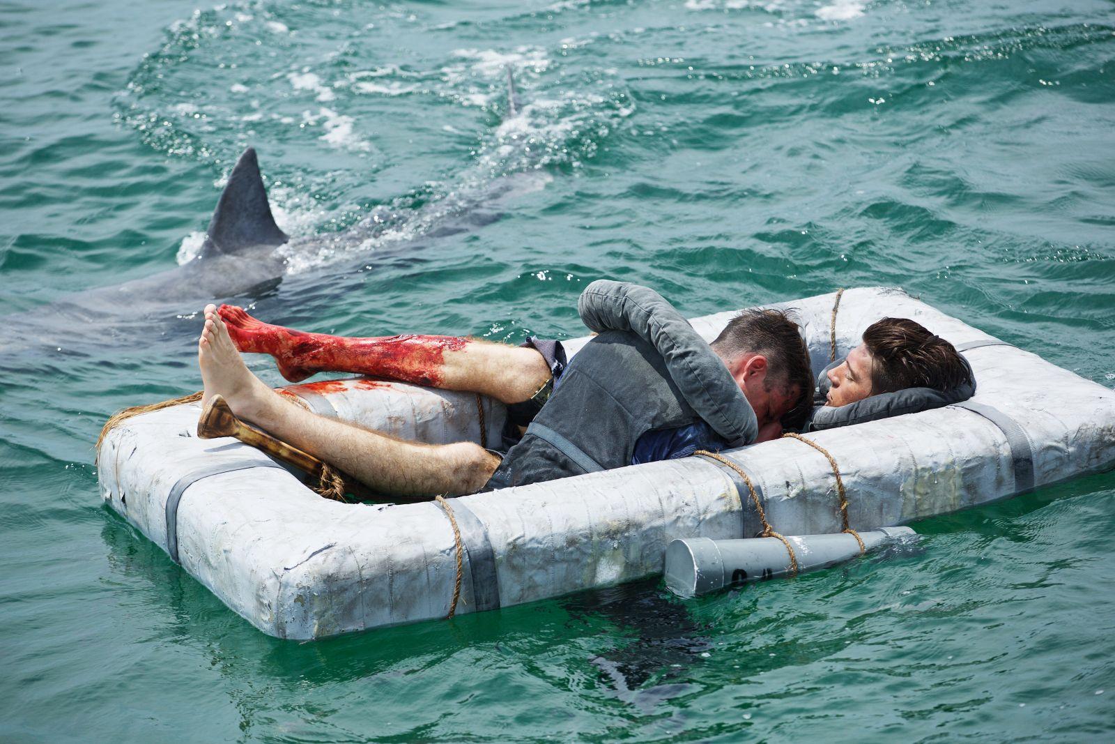 Pro posádku byly největším problémem žraloci.