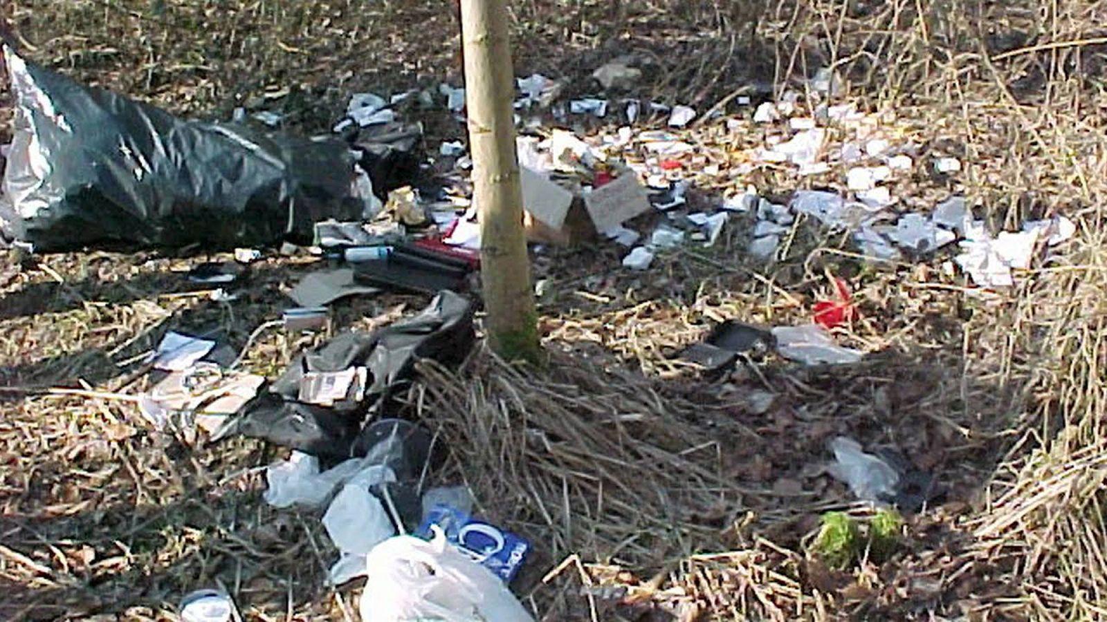 Lupiči udělali chybu, když v lese nespálili odpadky.