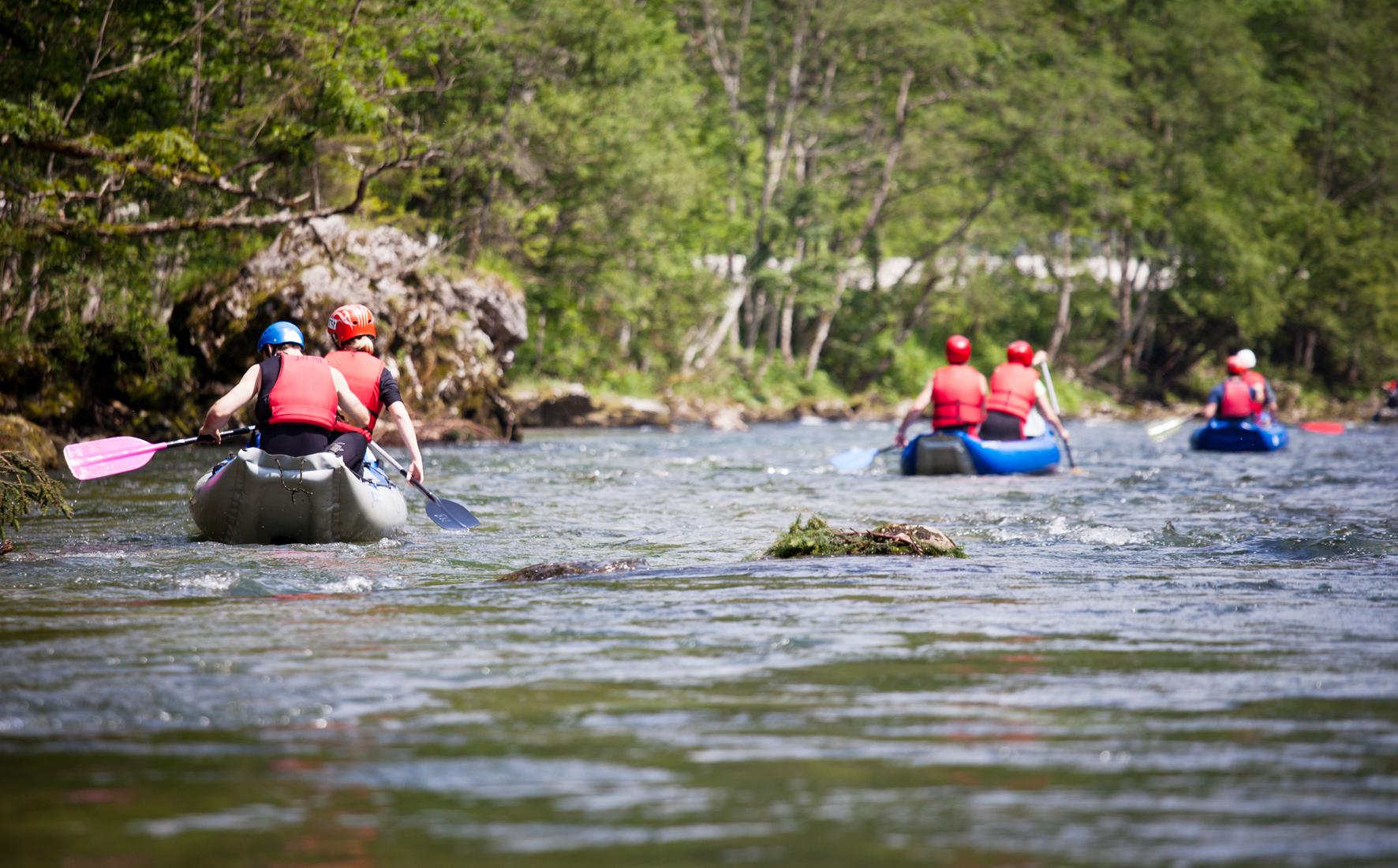 I v Čechách můžete sjet řeku na raftu.