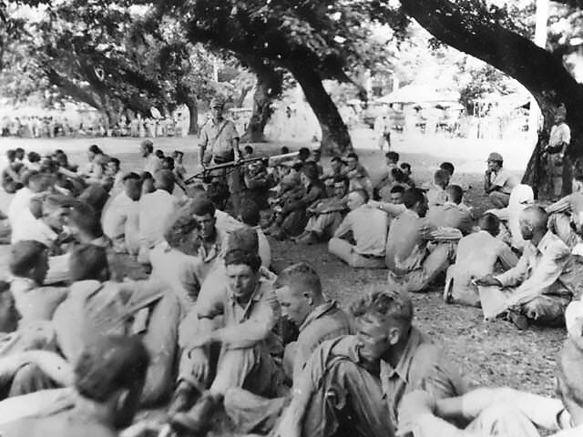 Po střetu u Bataanu vsadí vojáci USA na obranu. Kosí je však hlad, mnozí padnou do zajetí.