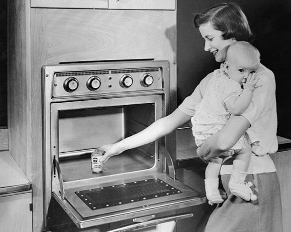 Rozmrazujeme v ní potraviny, děláme poprcorn, ohříváme. Mikrovlnky jsou oporou domácnosti.