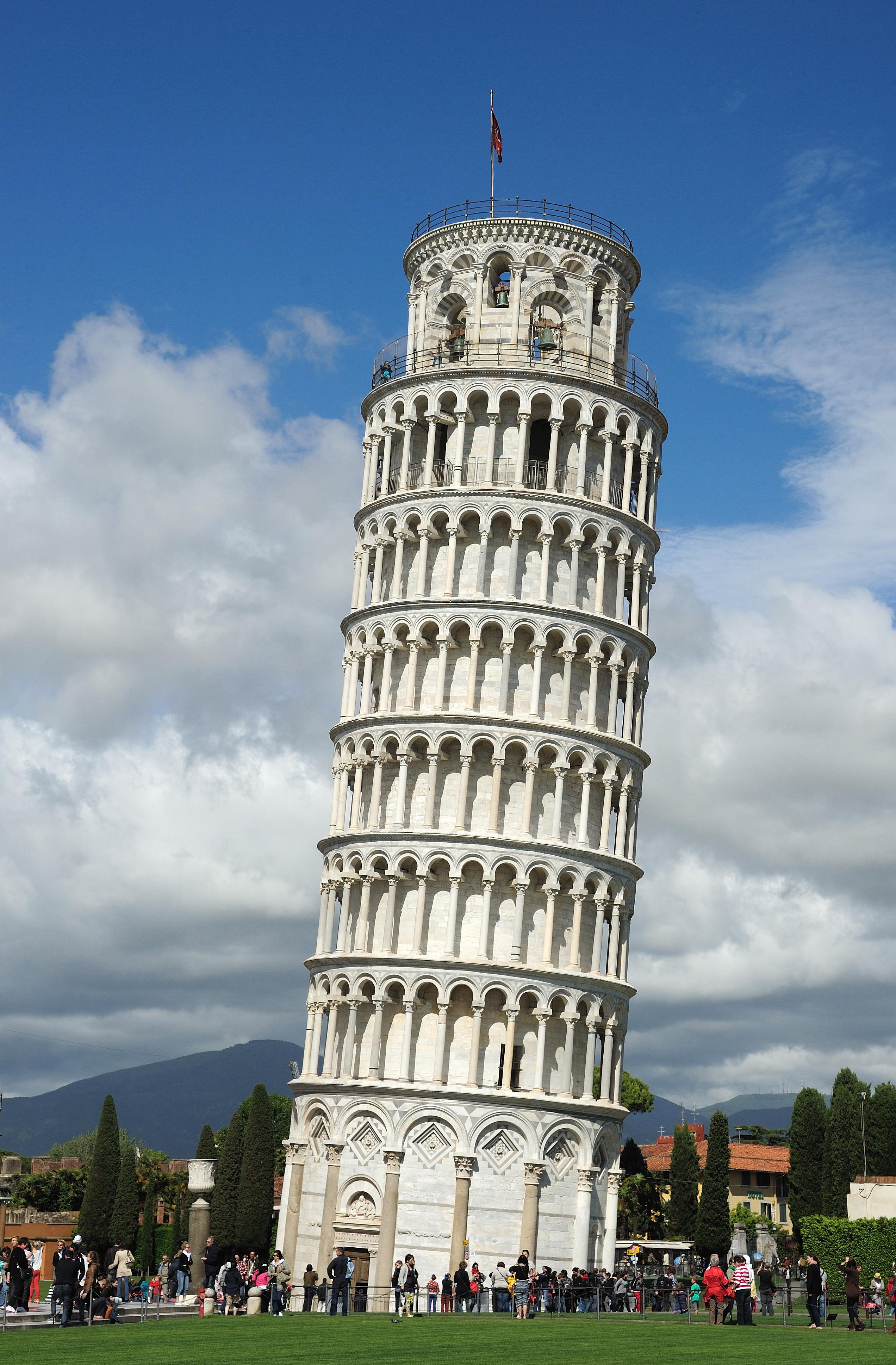 Slavná šikmá věž je postavená z bílého mramoru a slouží jako zvonice. Je vysoká téměř 56 metrů.