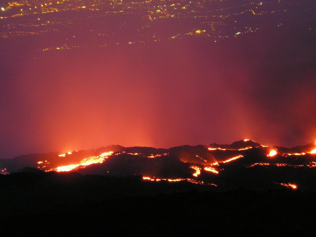Oblast Valle de Bove, neboli Údolí býků, v noci během sopečné činnosti