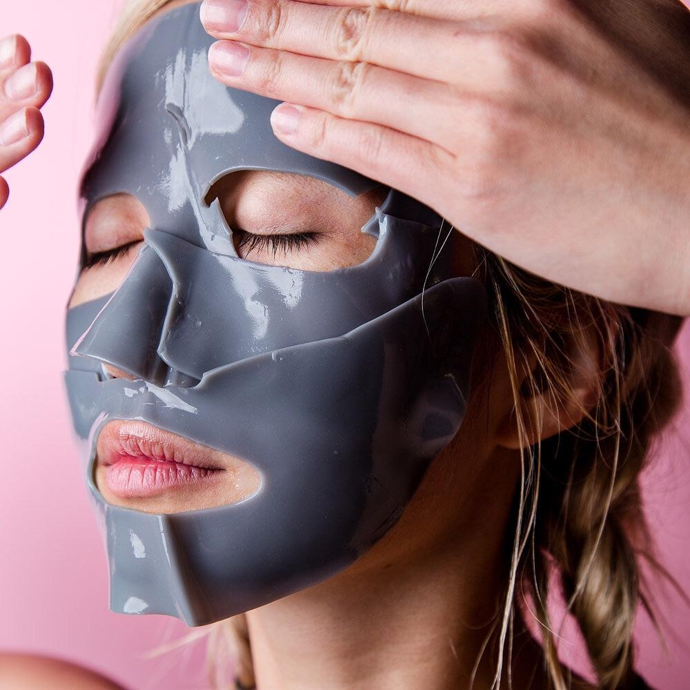Gumová maska připomíná Fantomase, její síla má však své opodstatnění.