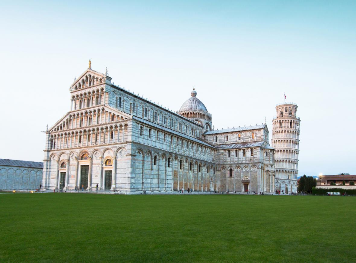 Architekt, jehož jméno je dodnes neznámé, se při stavbě věže dopustí velké chyby. Základy totiž postaví na příliš měkké půdě.