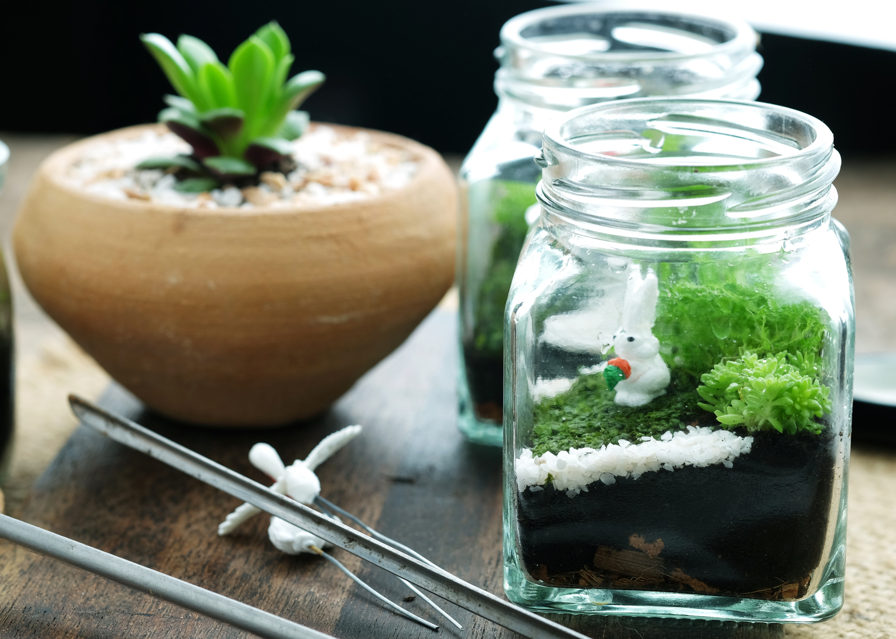 Použít se dají zajímavé kameny, barevný písek, miniaturní sošky i plastová zvířátka.