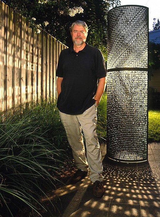 Jim Sanborn, autor měděné desky poskládané z 865 chaoticky rozesetých písmen.