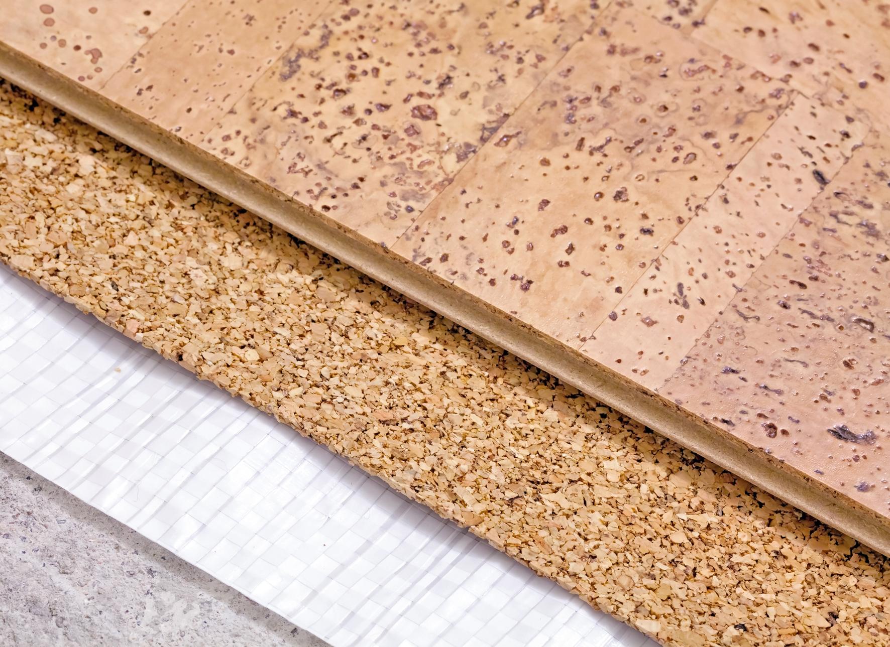 Nalakovaný korek ošetříme nejlépe jen vlhkým mopem nebo použijeme speciální přípravky.