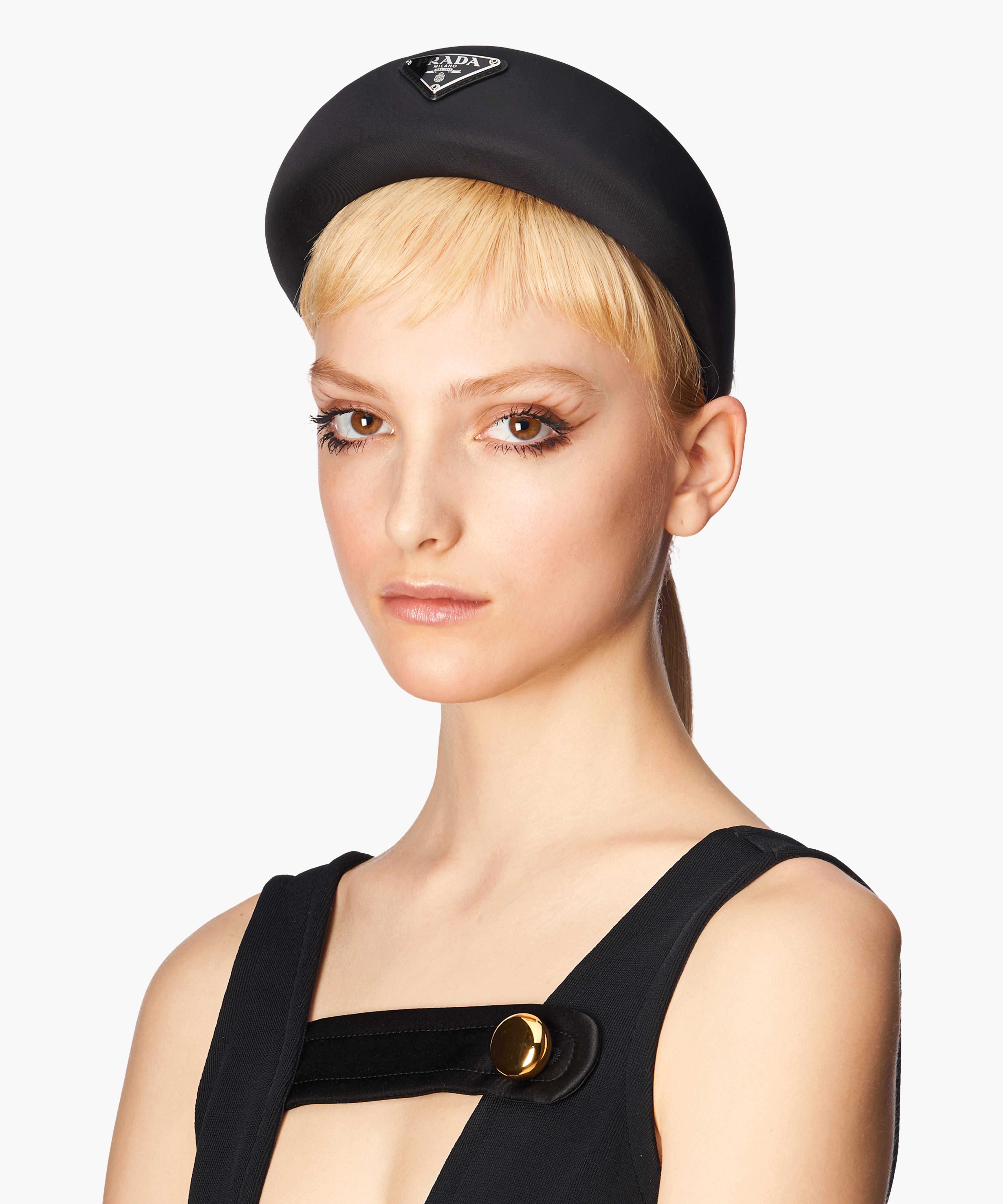 Osciluje mezi podobou čelenky a malého kloboučku.