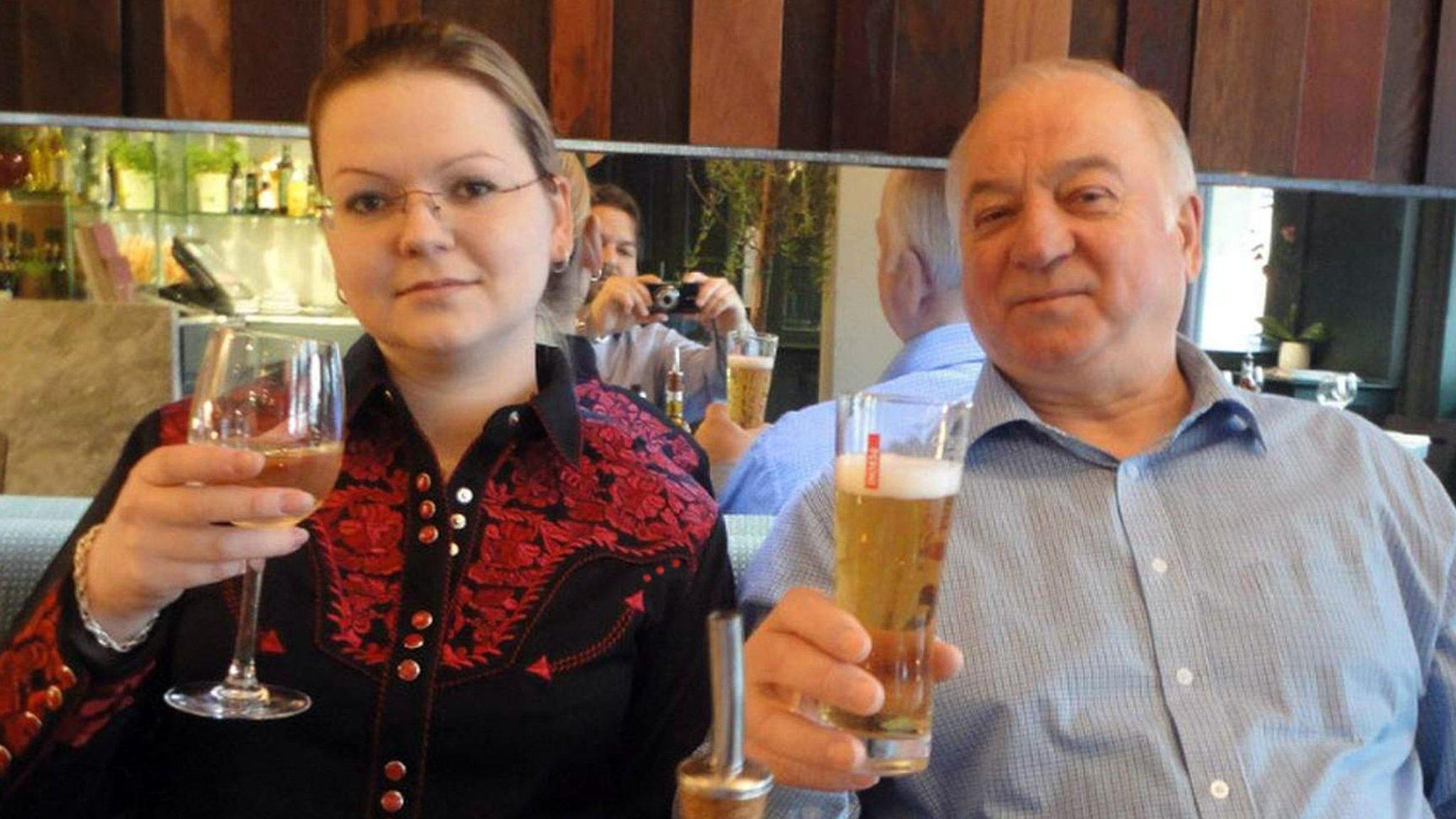 Ruský agent Skripal je spolu se svou dcerou Julií v oblasti terčem chemického útoku.
