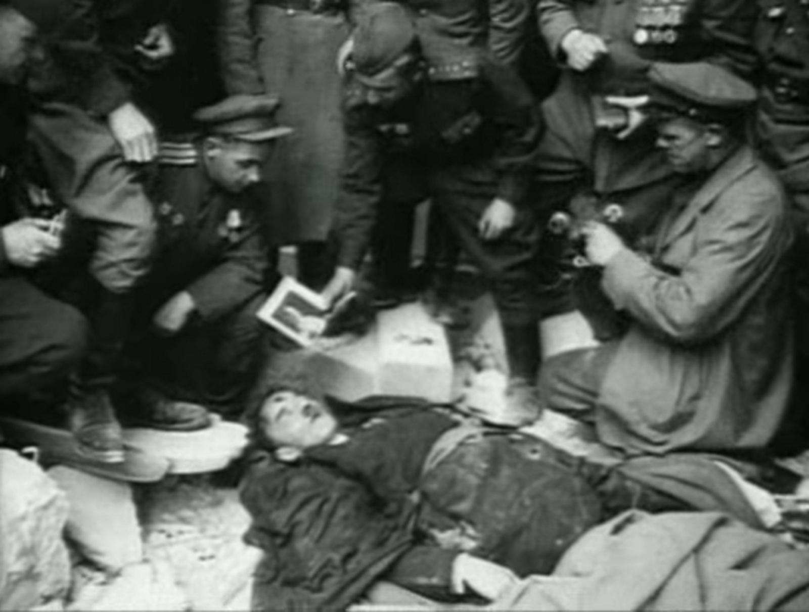 Těla Adolfa Hitlera ani Evy Braunové nebyla nikdy oficiálně identifikována.