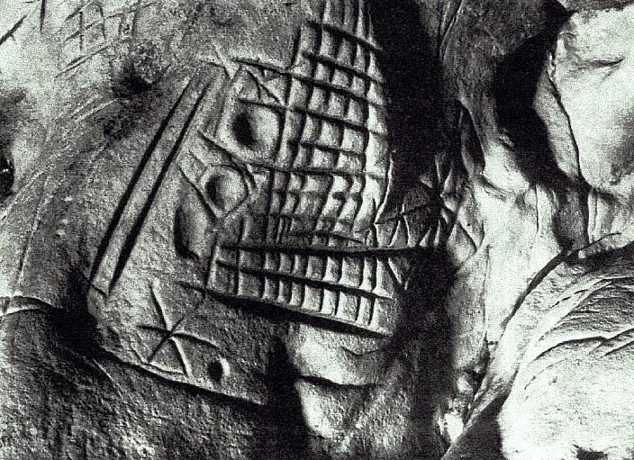 Podivné rytiny na skalách mohou prý představovat primitivní písmo.