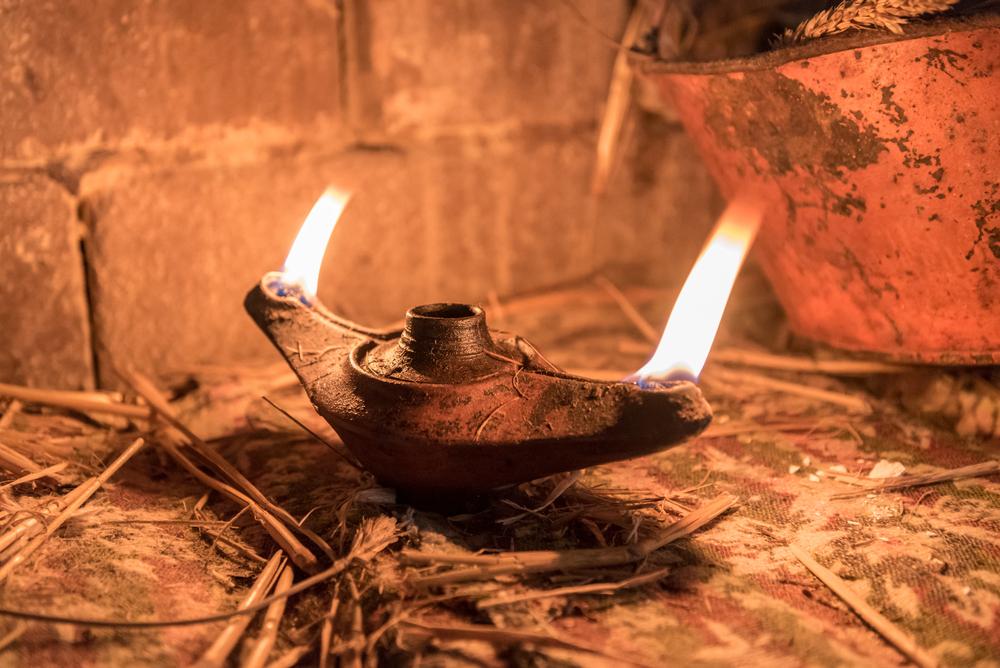 Starověké lampy používaly jako palivo rostlinný nebo živočišný olej. Jeho životnost byla ale omezená.