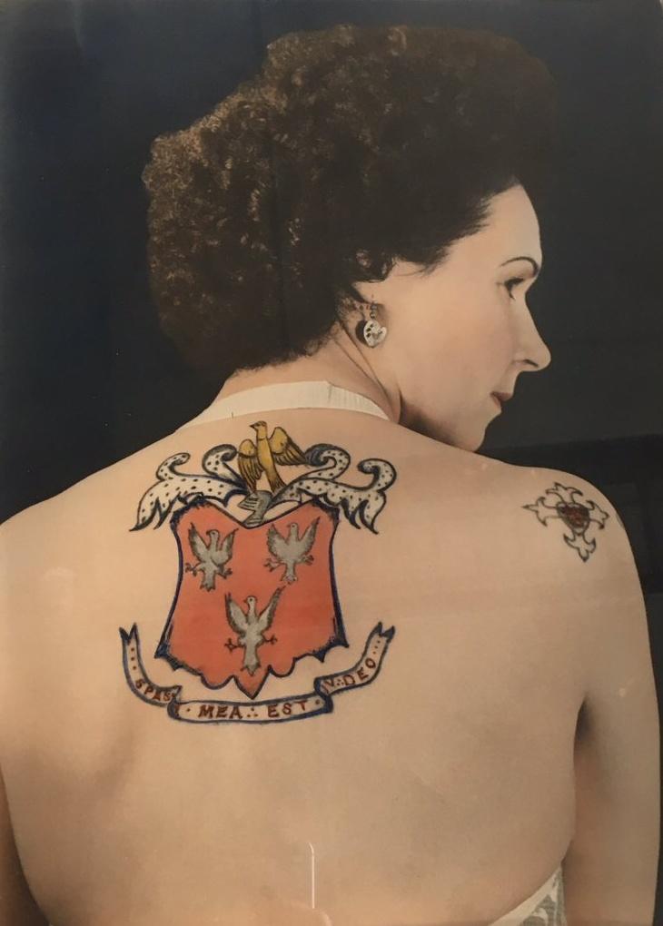Tetování nadchne i ji samotnou. Záda ji zdobí rodinný erb. Dílo otce.