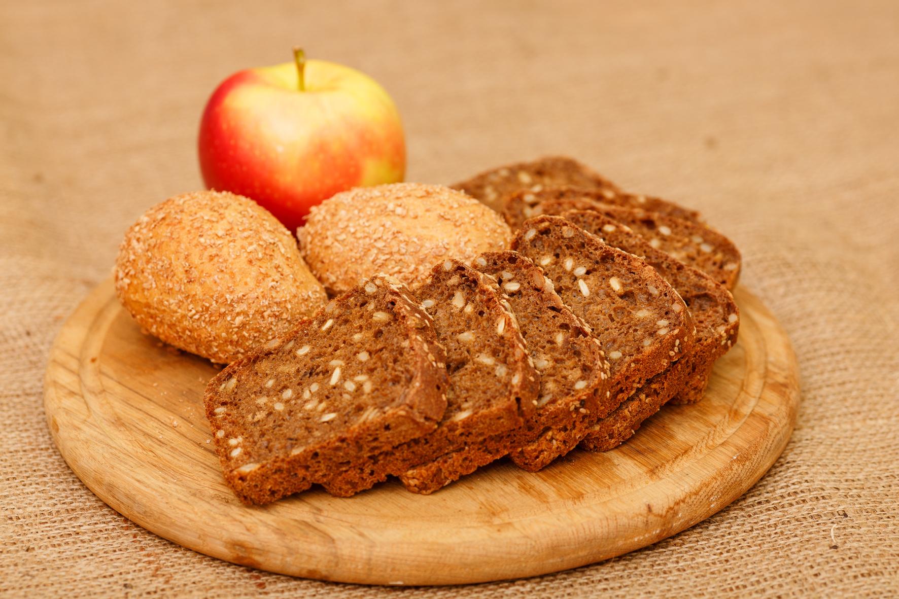 Chléb a pečivo vydrží déle čerstvé, když k němu vložíme do sáčku půlku jablka.