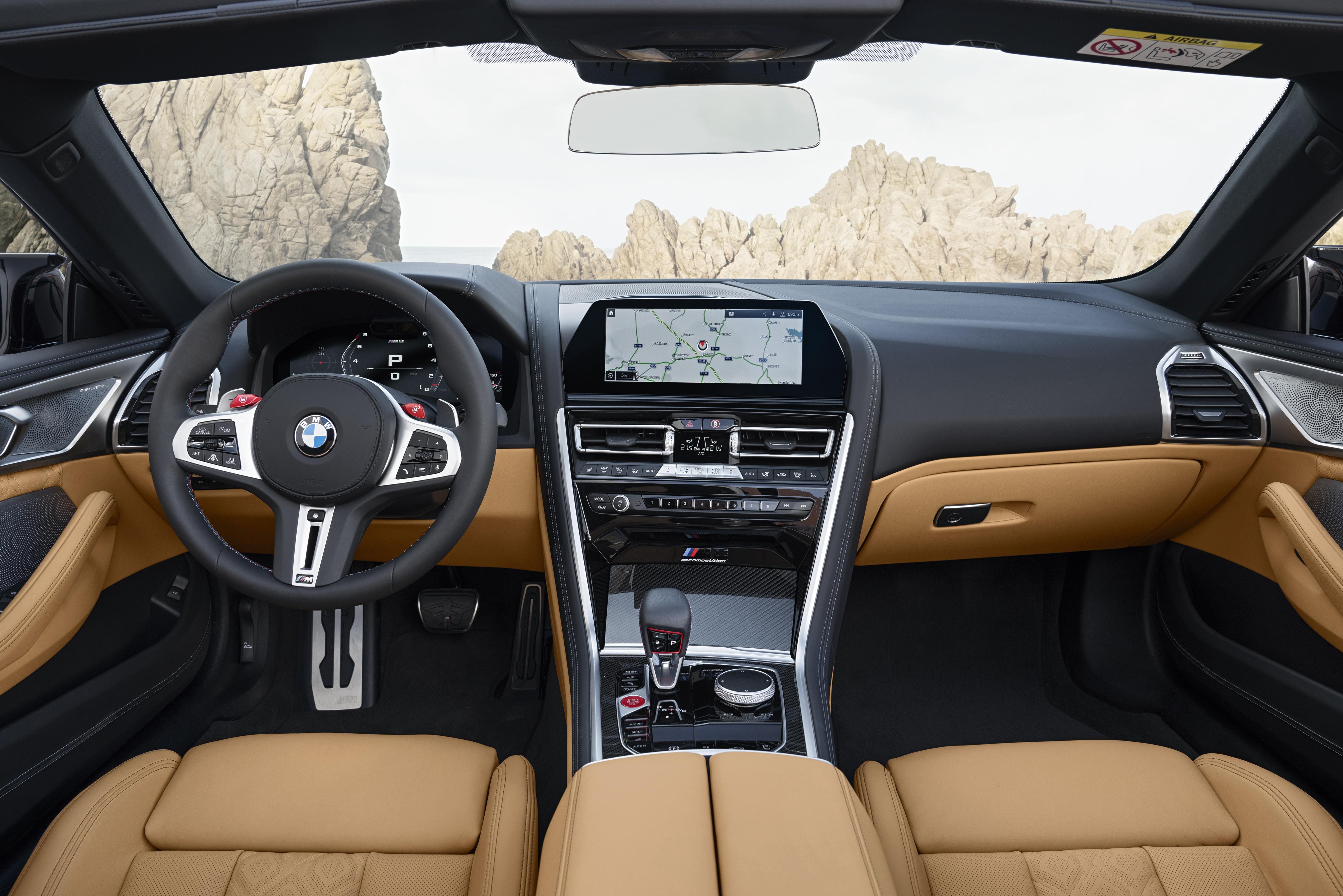 Coupé má střechu z uhlíkových vláken vyztužených plastem, Cabrio naopak elektricky ovládanou plátěnou střechu.