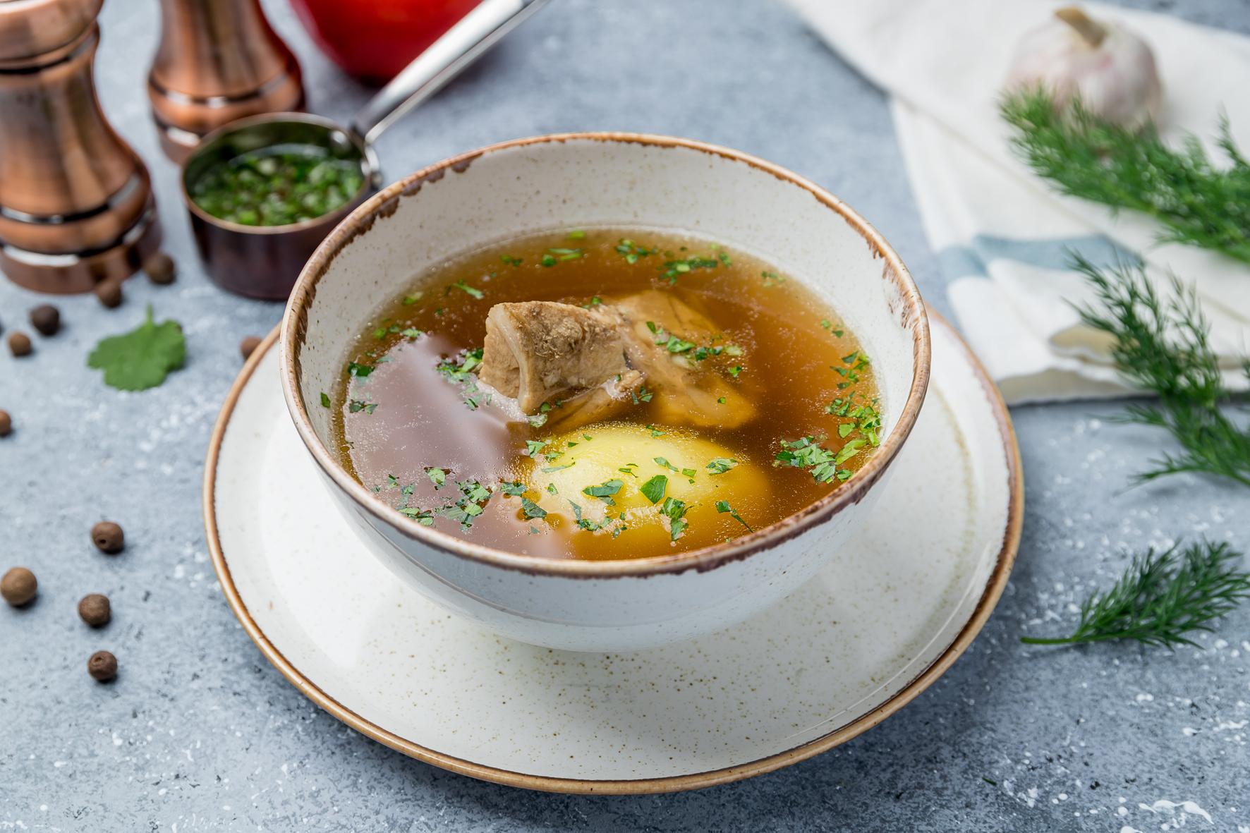 Do přesolené polévky nakrájejte na plátky bramboru, přebytečnou sůl nasaje. Před podáváním ji vyndejte.