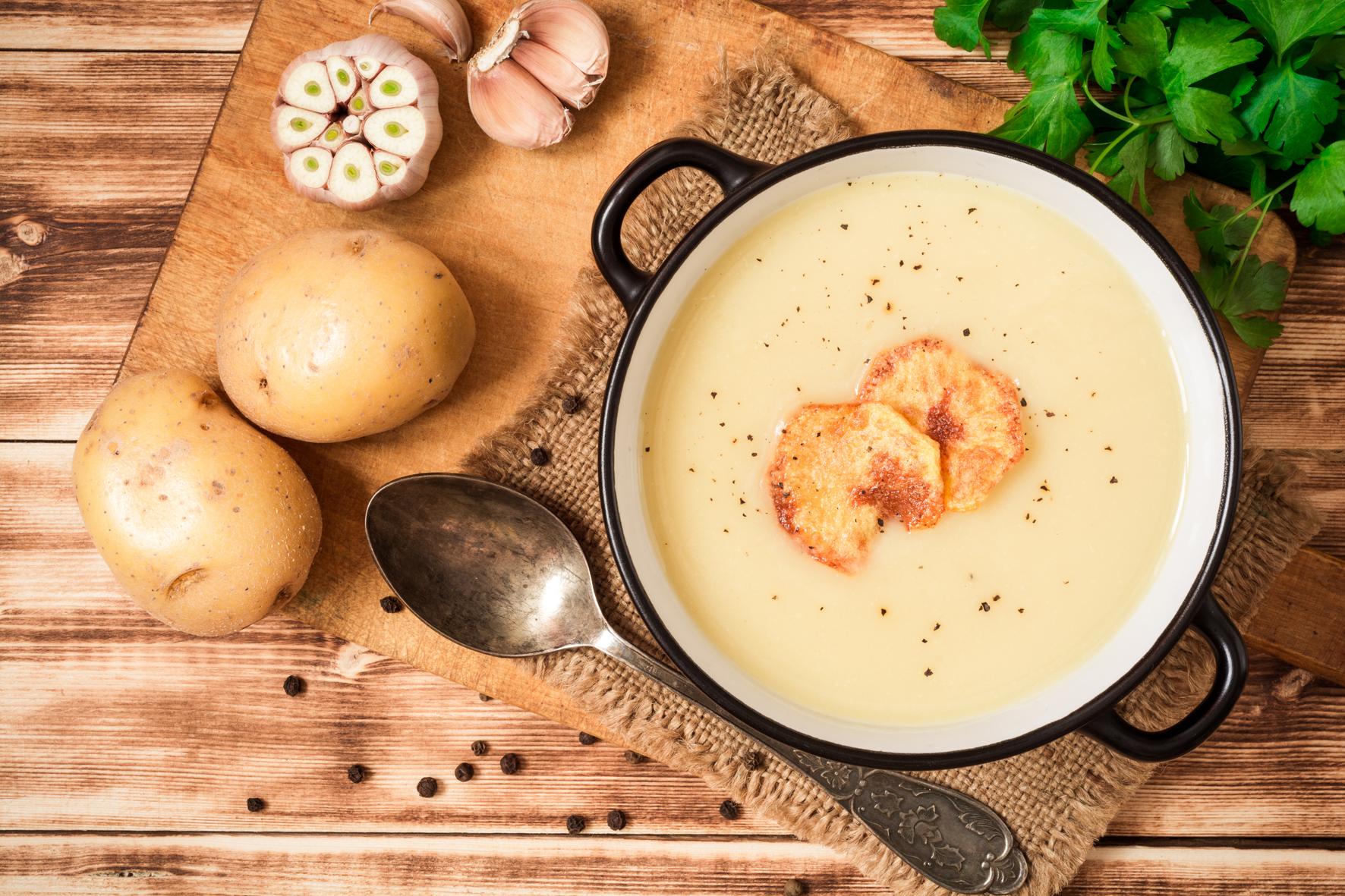 Uvařte pórkovou nebo brokolicovou polévku s kostkami brambor a ty rozmixujte. Polévka bude krémová a hustá, a to bez použití kalorické jíšky nebo smetany.