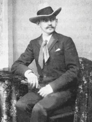 Willy Wilcke je majitelem jednoho z největších hamburských fotografických obchodů a do skandálu s fotografií také dvorní fotograf. Zemřel v roce 1945.