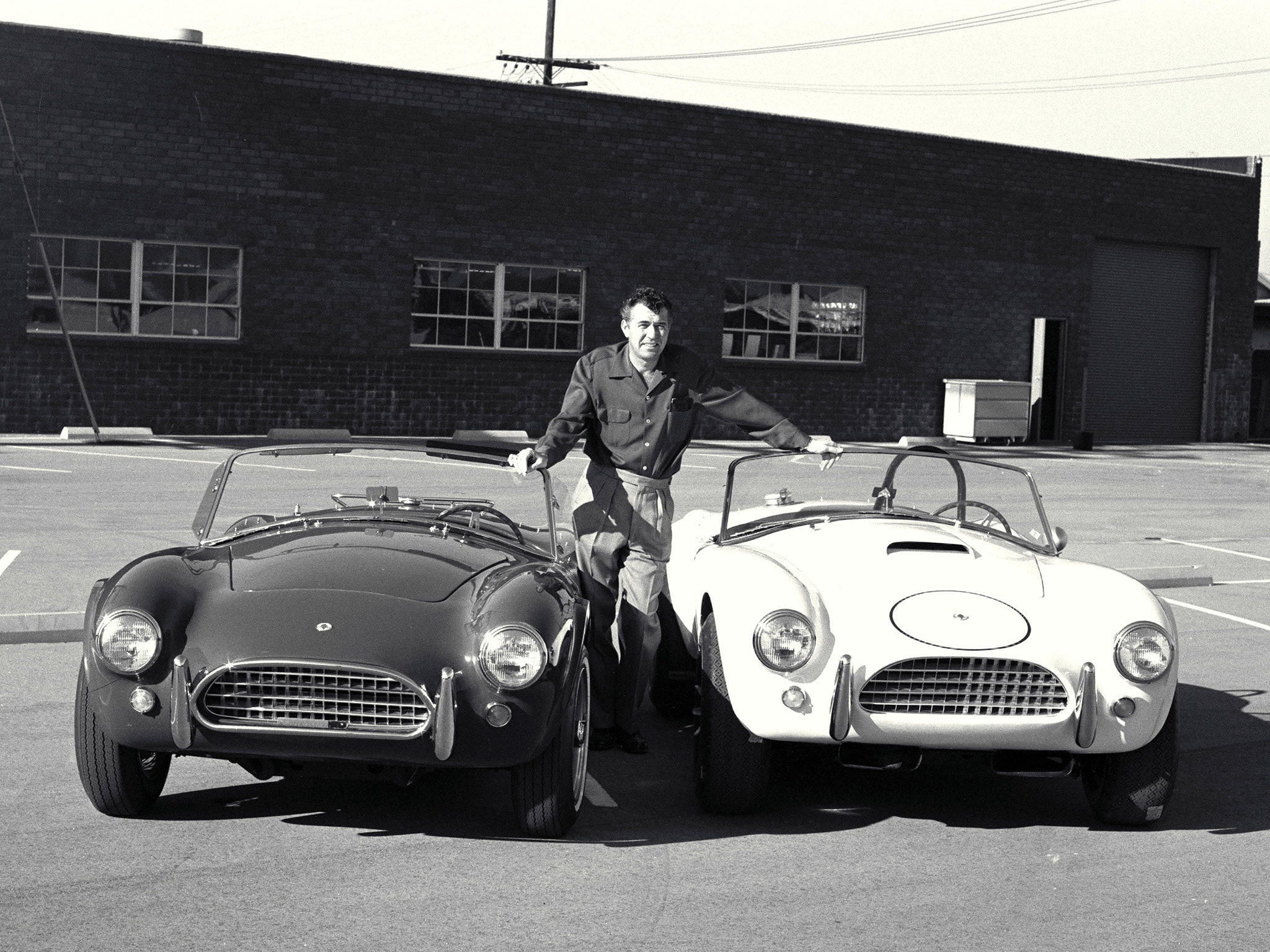 I když měla Cobra americký motor, vyrobila jej automobilka AC Cars v Anglii.