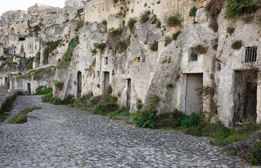 První skalní příbytky si zde lidé vybudovali před 20lety