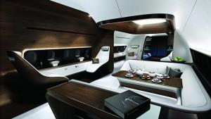 Za tmavými panely, jejichž průhlednost lze regulovat, se ukrývají nejenom boční okna letounu, ale i dotykové displeje.