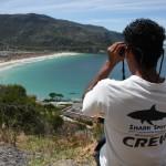 Členů Shark Spotters dohlíží na jednu z pláží v blízkosti Kapského města. I když je varovný systém vysoce efektivní, stále je zde jistá šance, že dojde k pochybení. Což může být v důsledku lidského selhání či špatných povětrnostních podmínek.