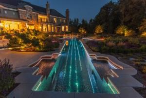 Bazén ve tvaru přesné repliky Stradivárek z roku 1700 společnosti Cipriano Landscape Design obdržel Gold Award za nejlepší bazénovou realizaci dle přání zákazníka. Více než 500 000 kusů barevných skel pak dotváří celkovou barevnost při jeho podsvícení.