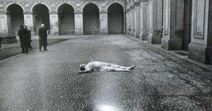 Mrtvý politik byl nalezen pod oknem koupelny svého služebního bytu. Pyžamo měl oblečené naruby...