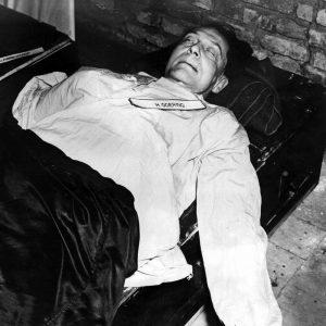Hermann Göring spáchá den před popravou sebevraždu. Spolkne kapsli s kyanidem draselným.