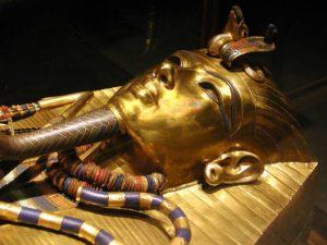 Zlatá maska zakrývající Tutanchamona v rakvi má nevyčíslitelnou hodnotu.