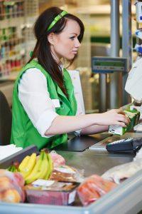 Zatímco dřív pokladní vyřizují jednoho zákazníka s větším nákupem třeba i 10 minut, dnes to stihnou víceméně pod minutu.