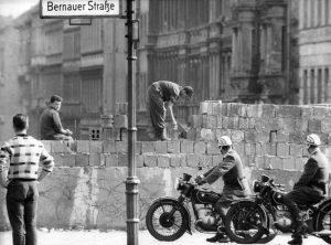 Berlínská zeď byla nejznámějším symbolem studené války, rozdělení Berlína, Německa a Evropy.