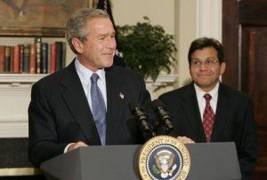 Bývalý americký prezident Bush s poradcem Albertem Gonzalesem.