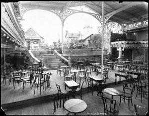 Střešní zahrada Victorie, kde se komici snažili v roce 1907 slečinku rozesmát.
